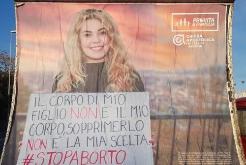 Ad Ancona spunta manifesto contro l'aborto. Movimenti per i diritti: «Propaganda colpevolizzante»