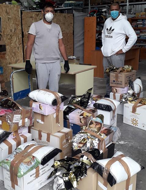 La raccolta di aiuti da parte dell'associazione Stracomunitari di Senigallia per le famiglie in difficoltà