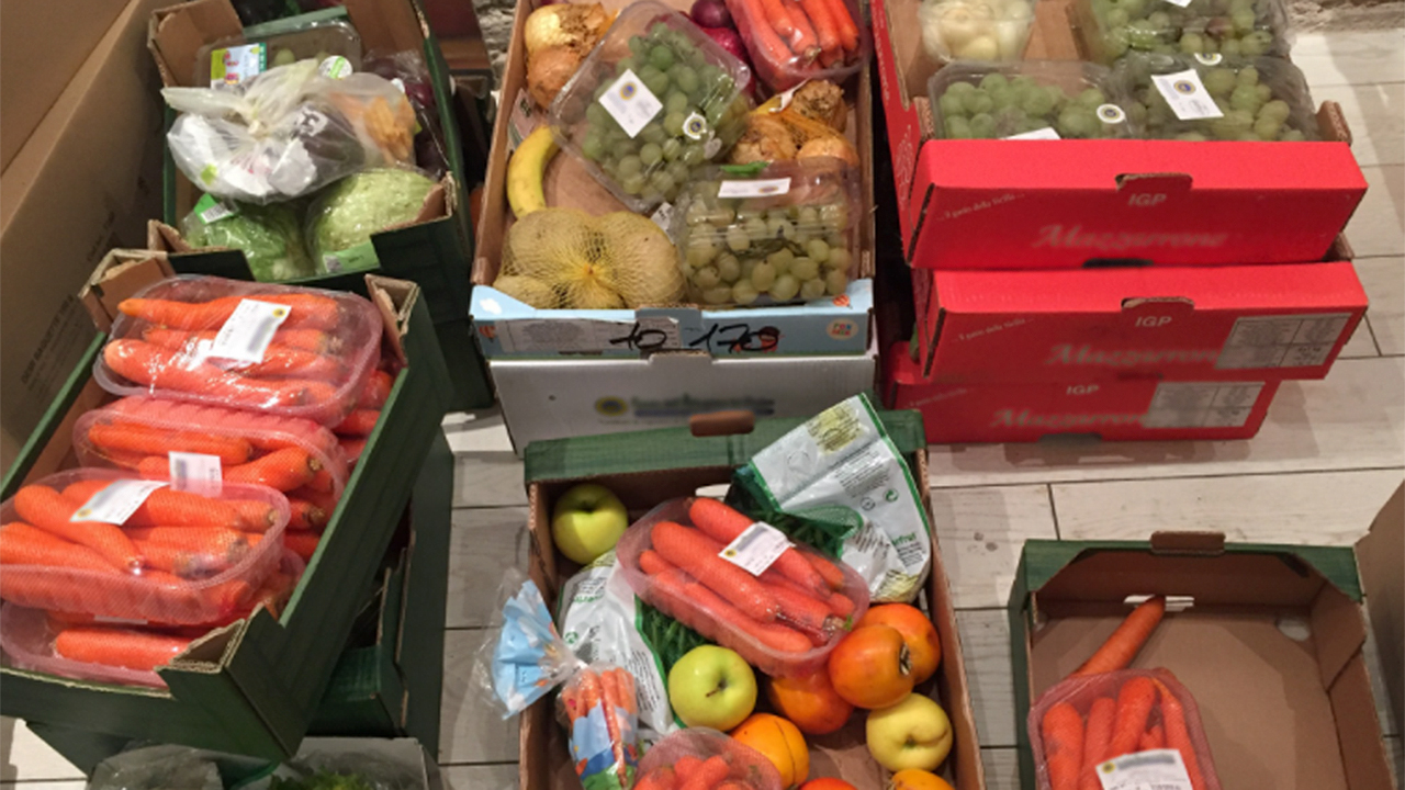 La raccolta di cibo e aiuti da parte dell'associazione Stracomunitari di Senigallia per le famiglie in difficoltà