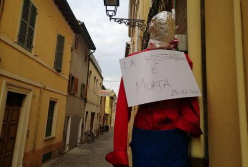 Pesaro, in giro alla ricerca del ristorante aperto: 6 ragazzi multati
