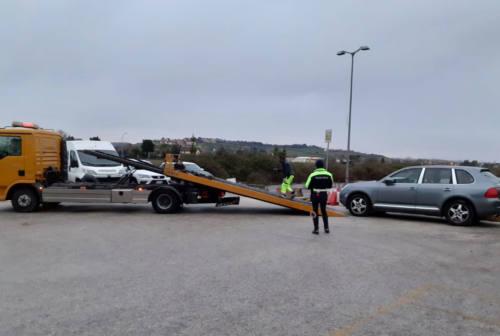 Falconara, sequestrate tre auto senza assicurazione nel parcheggio vicino all'aeroporto