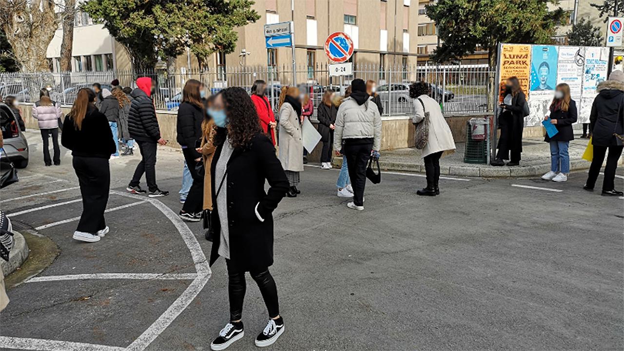 La protesta contro la didattica a distanza da parte dei giovani studenti di Senigallia davanti al liceo Medi