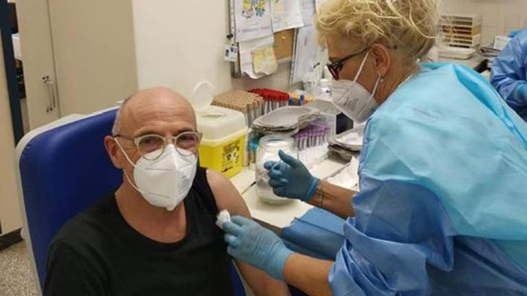Fabrizio Volpini, coordinatore Usca Senigallia, mentre si sottopone alla vaccinazione anti covid-19