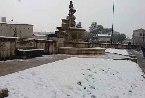 Neve sull'Ascolano, ambulanze bloccate e alberi caduti