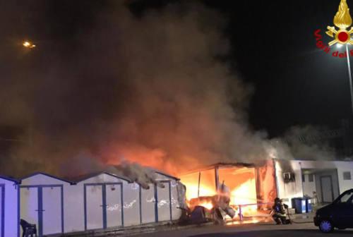 Rogo a Marina Dorica, bruciano capanni di rimessaggio – VIDEO