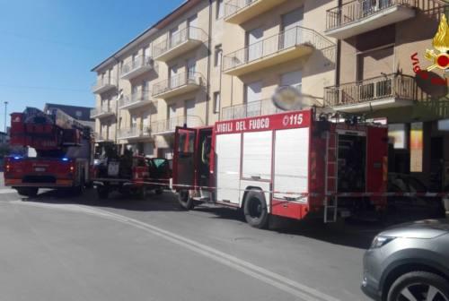 Loreto, a fuoco un appartamento: estratte due persone dai Vigili del Fuoco