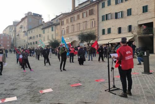 Macerata, i lavoratori dello spettacolo scendono in piazza: «Riaprite i teatri, l'arte è vita»