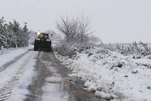Nevica sul fanese: in azione i mezzi due macchine spazzaneve. Il punto sulla situazione