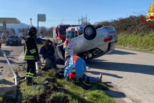 Sassocorvaro, perde il controllo dell'auto e si ribalta: due feriti