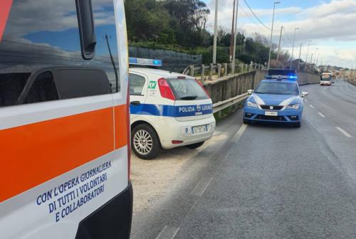 Corre semi nudo sulla Flaminia, arrivano vigili e ambulanza