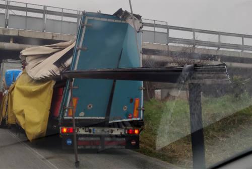 Prende male le misure, rimorchio sfasciato contro il ponte autostradale a Senigallia