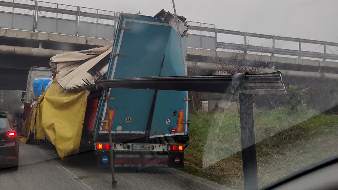 Il rimorchio danneggiato dall'urto con il ponte autostradale lungo strada della Bruciata, a Senigallia. Foto di Ivo Serra