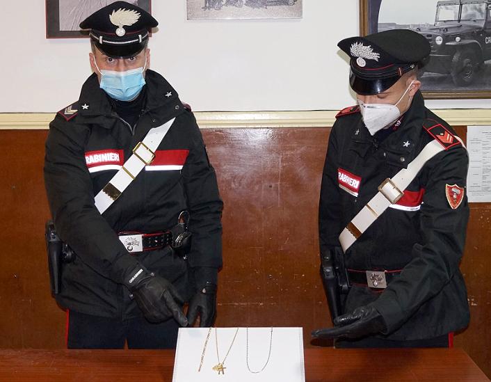 I carabinieri di Senigallia con la refurtiva rinvenuta nell'auto dell'uomo denunciato