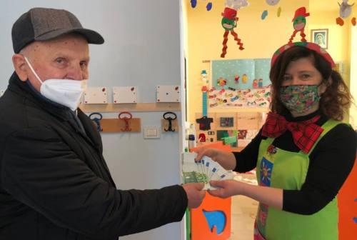 """Polverigi, i nonni """"Festarini"""" donano 1000 euro alla scuola dell'infanzia"""