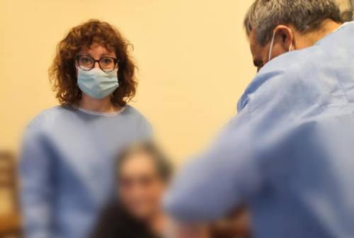 Pesaro, operazione vaccini alle case di riposo: la prima dose a una centenaria