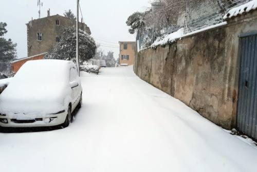 Ancona, neve nelle frazioni. Mancinelli: «Strade liberate, situazione sotto controllo»