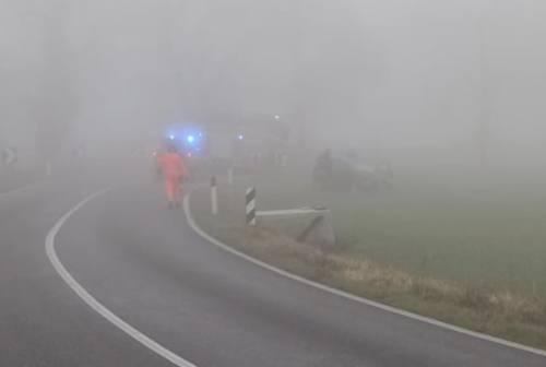 Jesi, via Piandelmedico nella nebbia: auto finisce fuori strada