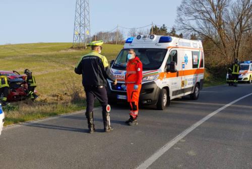Agugliano, auto ribaltata in un campo: feriti tre giovani