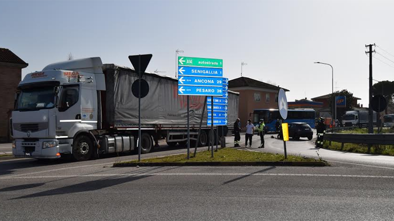 L'incidente lungo la strada provinciale Arceviese a Senigallia