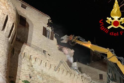 Corinaldo, demolito l'edificio sovrastante le mura crollate