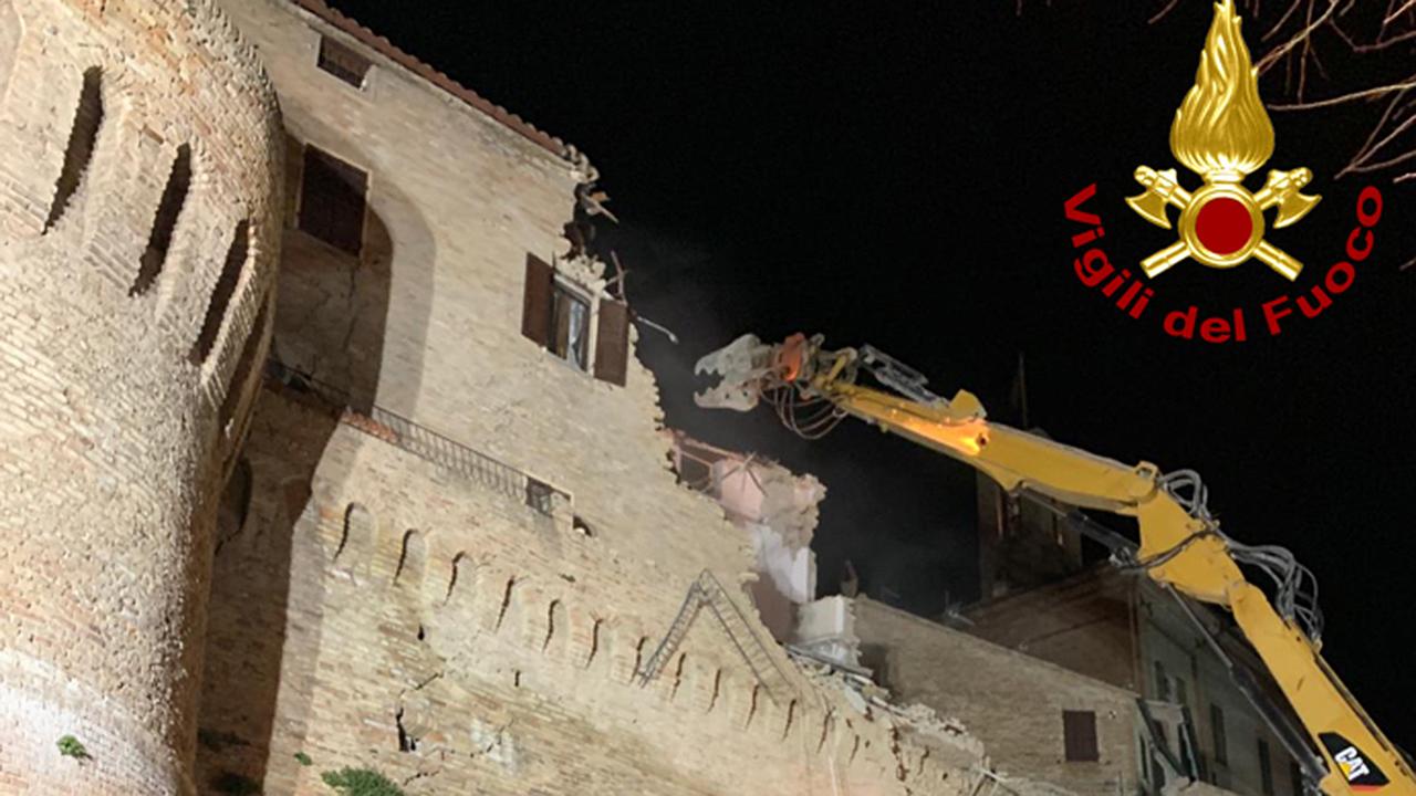 Demolito l'edificio sovrastante le mura crollate a Corinaldo