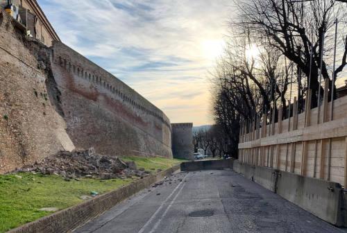 Corinaldo, dopo il crollo delle storiche mura la demolizione di una casa
