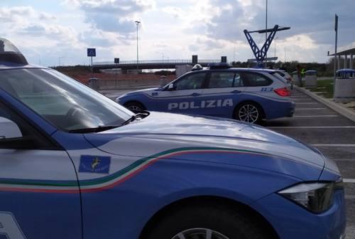 Pesaro, in contromano in autostrada: la polizia evita il disastro