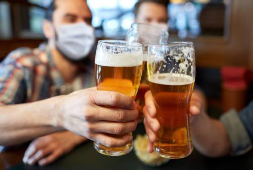 Due metri a tavola e quarantena per i vaccinati: le nuove raccomandazioni dell'Iss