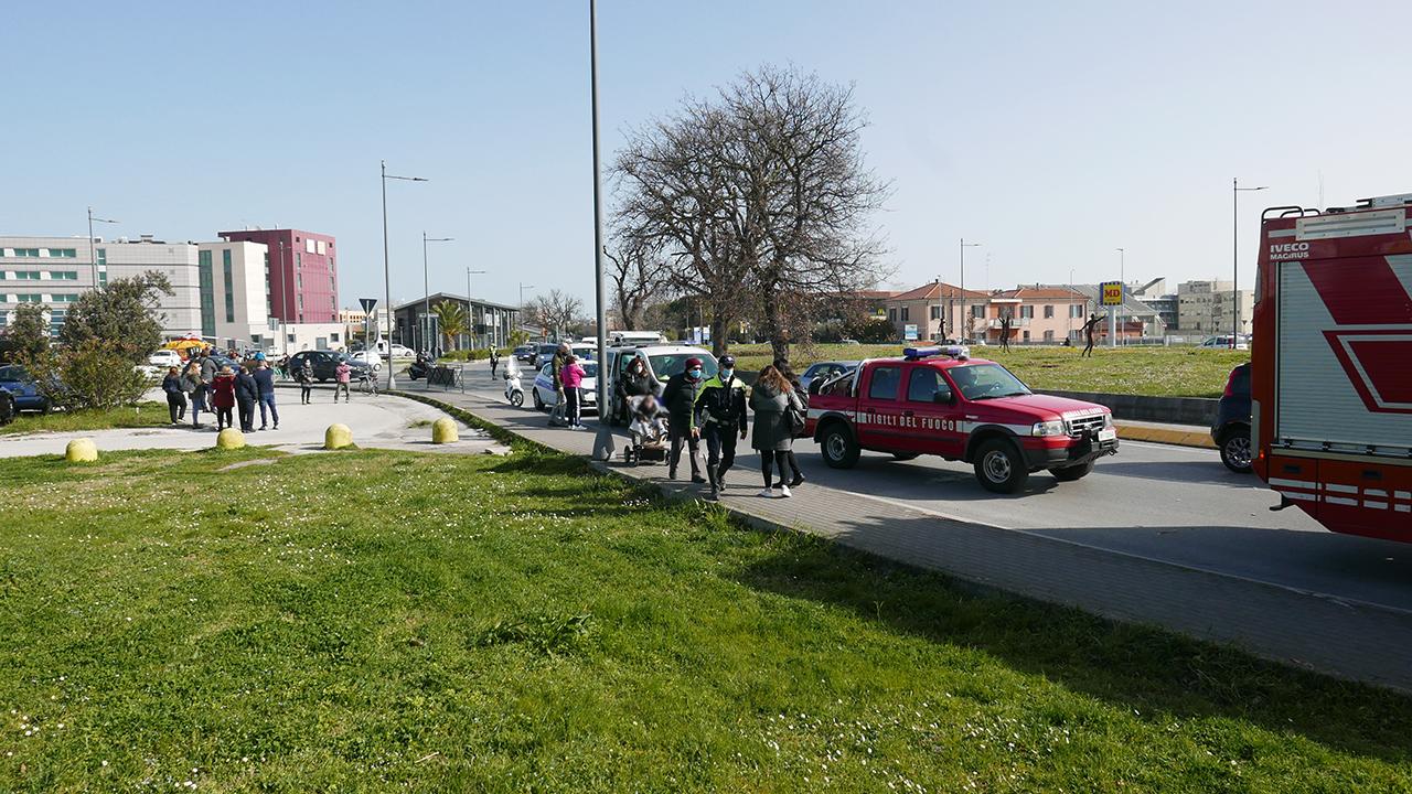 I rilievi della Polizia Locale sul luogo dell'incidente, assieme ai Vigili del fuoco e ad alcuni passanti