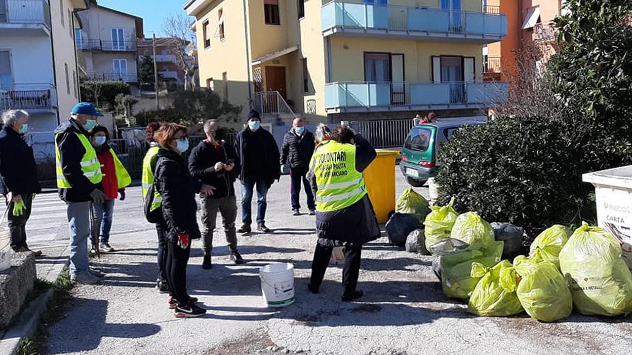 """Iniziativa ambientalista a Marina di Montemarciano grazie ai volontari del gruppo """"Spiaggia pulita"""""""