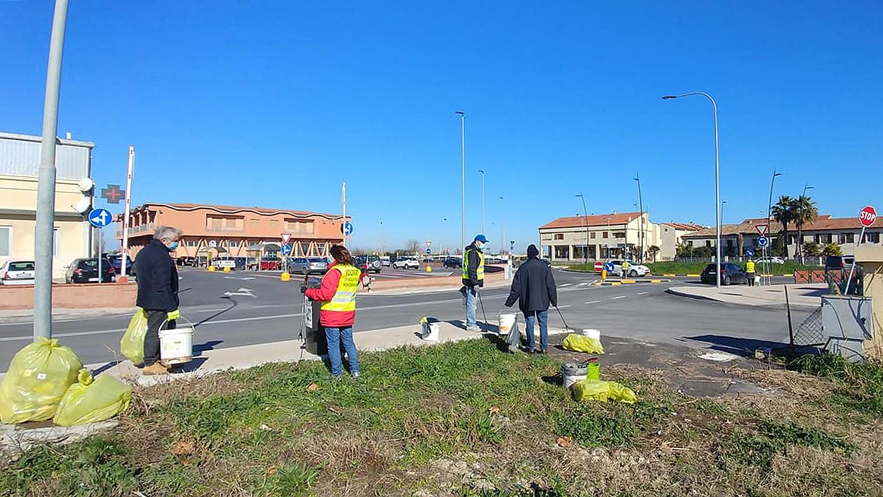 """Iniziativa ambientalista in via dei Tigli a Marina di Montemarciano grazie ai volontari del gruppo """"Spiaggia pulita"""""""