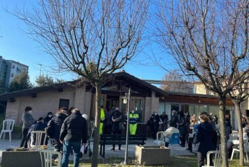 Vaccini agli anziani, i sindacati di Pesaro: «Disorganizzazione, assembramenti e caos»