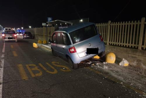 Falconara, ubriaca al volante distrugge i dissuasori della fermata del bus