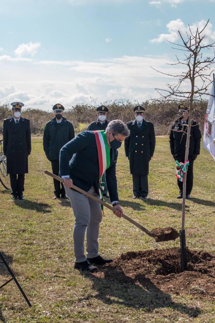Alcuni momenti della cerimonia per ricordare le vittime del Covid-19