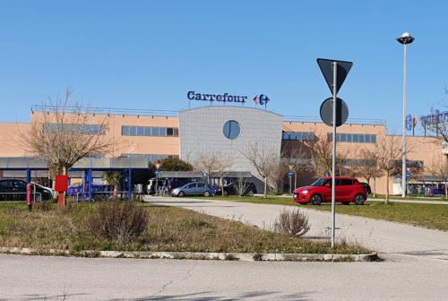 Vertenza Carrefour di Camerano, una dipendente: «Confidiamo nelle istituzioni, la Regione intervenga o chiuderanno altri negozi»