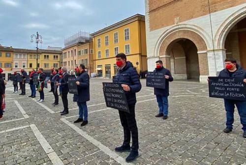 Mascherine rosse a Fano: gli uomini dicono No alla violenza di genere
