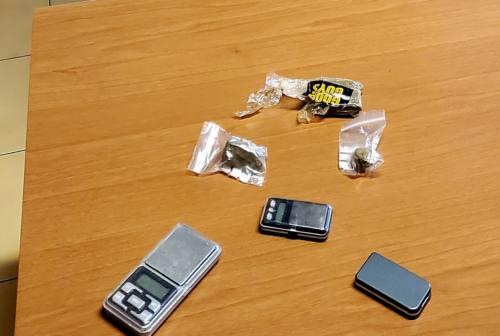 Civitanova, nascondeva 78 grammi di hashish e bilancini di precisione. Arrestata 22enne