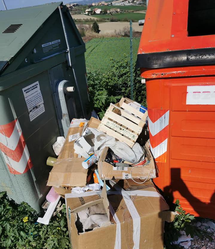 I rifiuti abbandonati tra San Costanzo e Marotta
