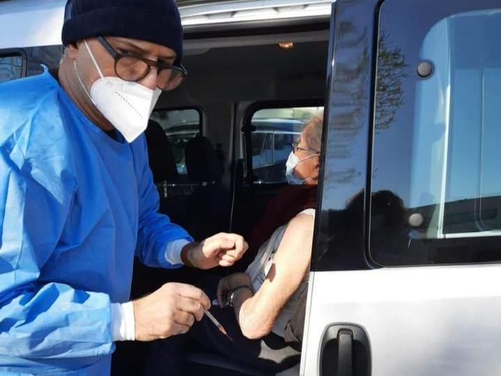 Il dottor Maurizio Marchionni impegnato nella vaccinazione degli anziani