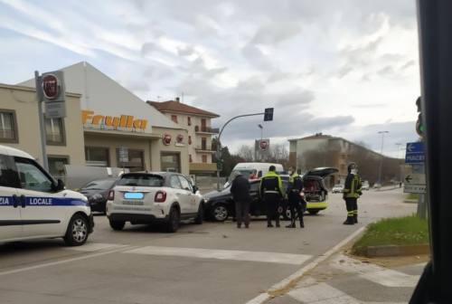 Jesi, scontro con l'auto della Scuola guida: feriti e disagi in viale del Lavoro
