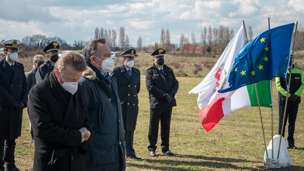 Le autorità presenti alla cerimonia per ricordare le vittime del Covid-19