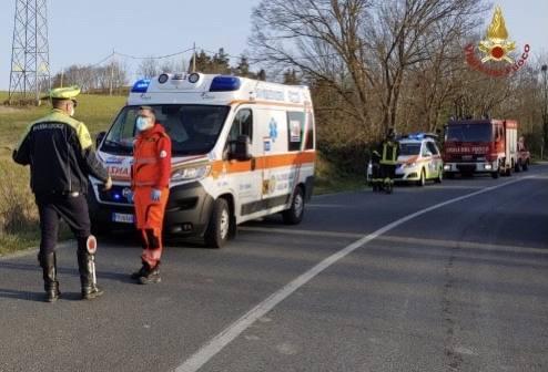 Finisce con l'auto contro il mezzo dei pompieri poi muore in ospedale