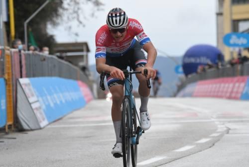 Ciclismo, Tirreno-Adriatico: braccia alzate per Van der Poel a Castelfidardo