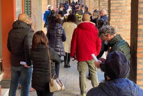 Ancona, vaccinazione forze di Polizia. Siulp: «Code di tre-quattro ore, ammassati»