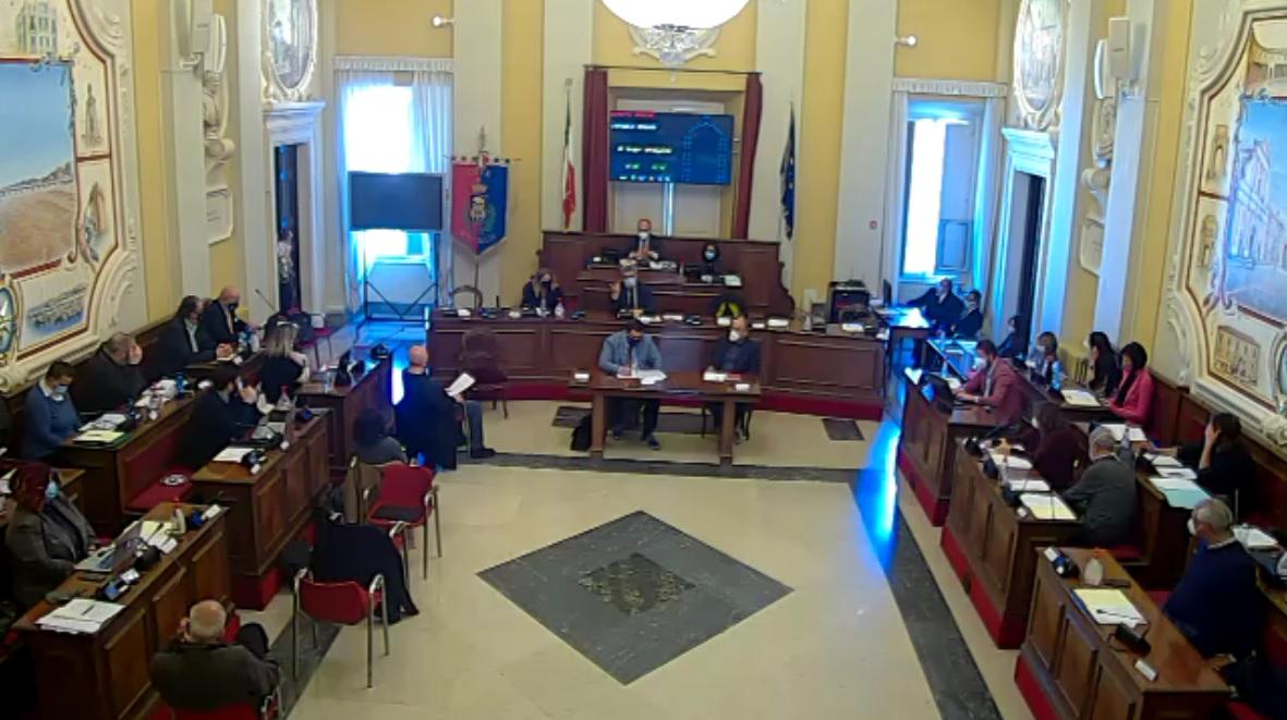 Una seduta del consiglio comunale a Senigallia