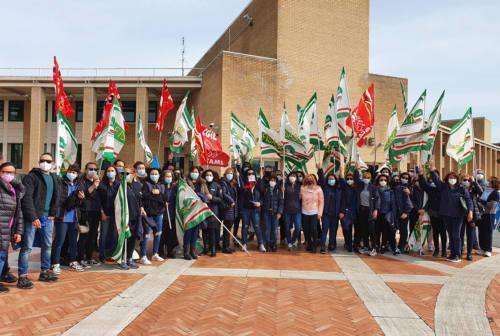 Carrefour, sciopero e presidio ad Ancona. I lavoratori: «Una doccia gelata, ora come faremo?»