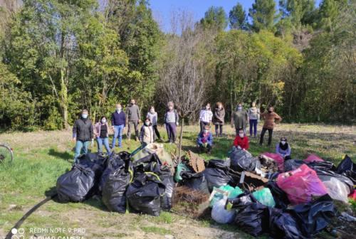 Pesaro, il bosco del Miralfiore come una discarica: plastica, siringhe e bidet