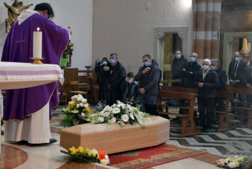 «La morte non spezza i vincoli dell'amore», tanta commozione per l'addio a Italo Giuliani