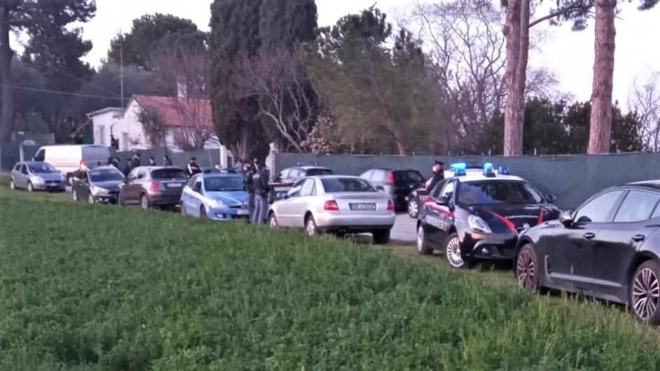 Le auto delle forze dell'ordine davanti la casa dov'è avvenuto l'omicidio, a Roncitelli di Senigallia