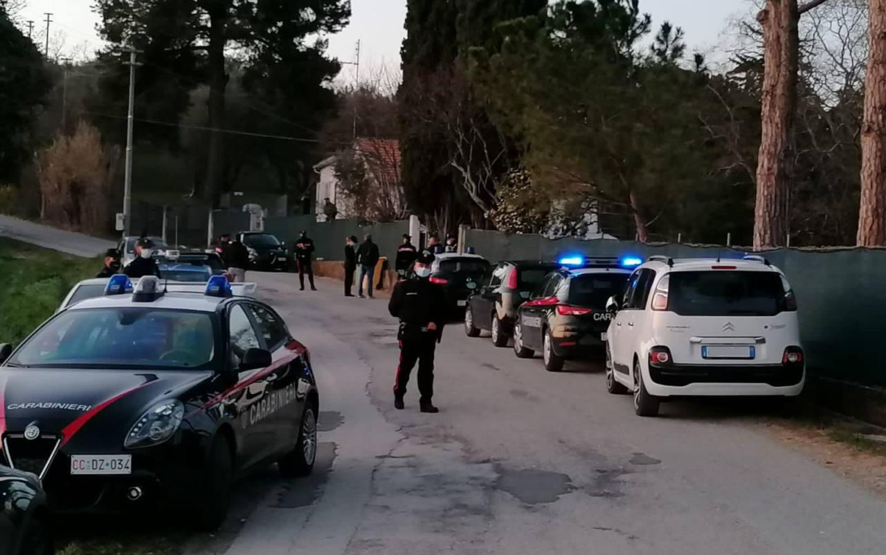 Le forze dell'ordine e i soccorsi sul luogo della tragedia a Roncitelli di Senigallia, dove un uomo ha sparato al figlio uccidendolo